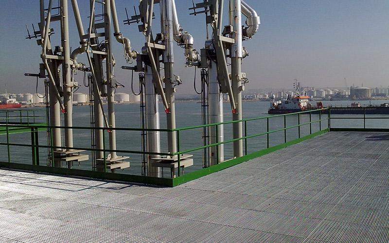 Pòrtics per a rac de tuberia, estructura metàl·lica, passarel·les i baranes al port de Tarragona