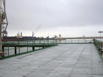 Portale für Rohr-Racs, Stahlkonstruktionen, Laufstege und Geländer im Hafen von Tarragona