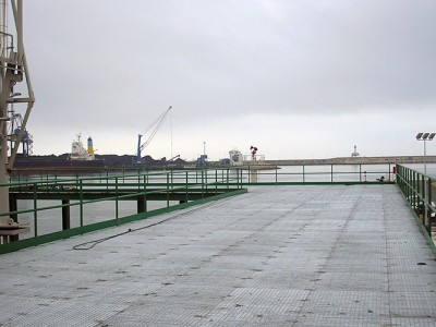 Pórticos para rac de tubería, de estructura metálica, pasarelas y barandillas en el puerto de Tarragona