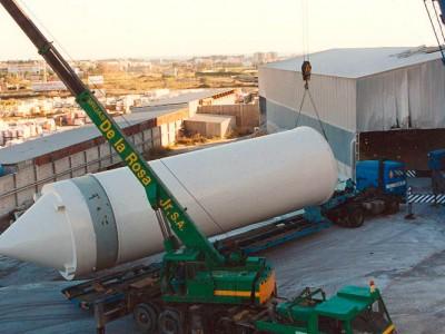 Montaje de instalación formada por estructura y silos para cemento